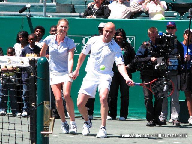 Tennis - Steffi Graf - Andre Agassi holding hands